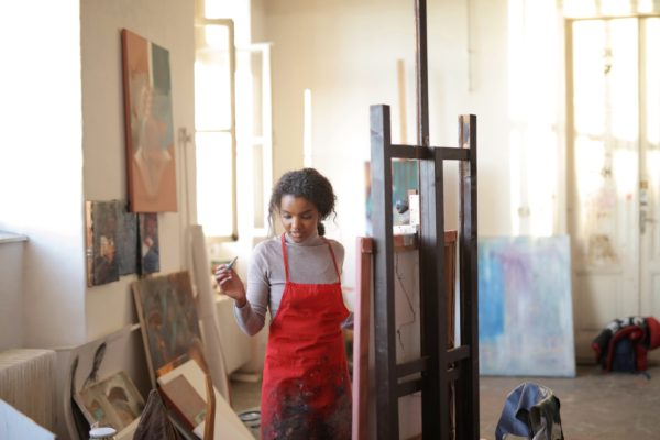 Image of artist in studio to illustrate article on Scottish Government COvid-19 guidance